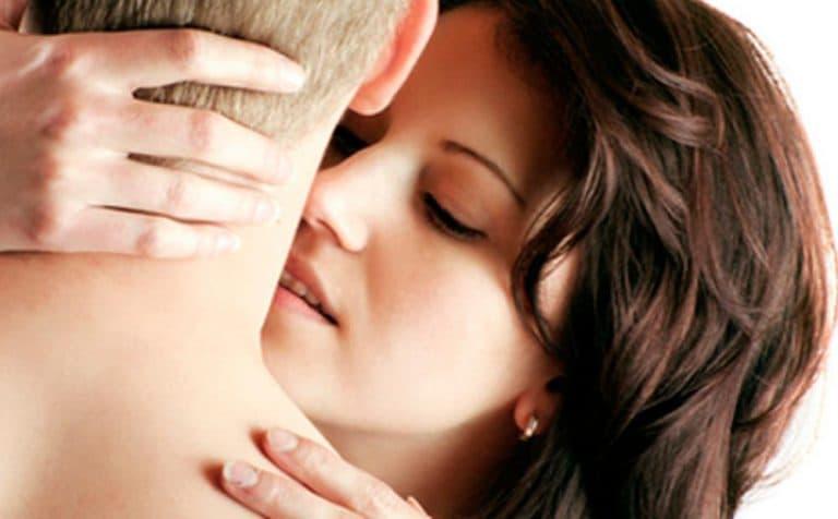 cómo dar un beso tántrico