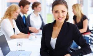 mujer trabajando en oficina