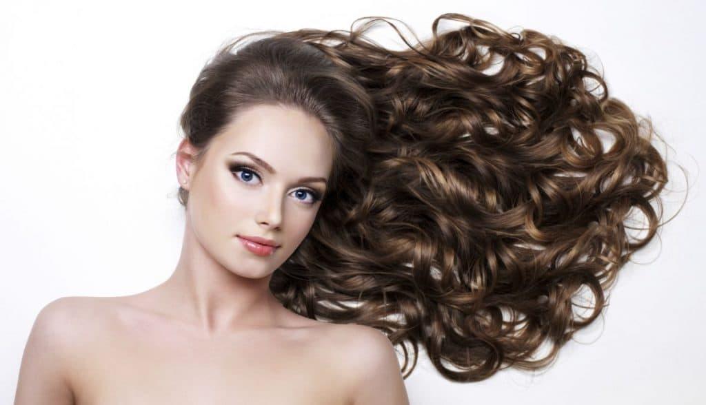 Usa el cabello con rizos, ondas y bucles