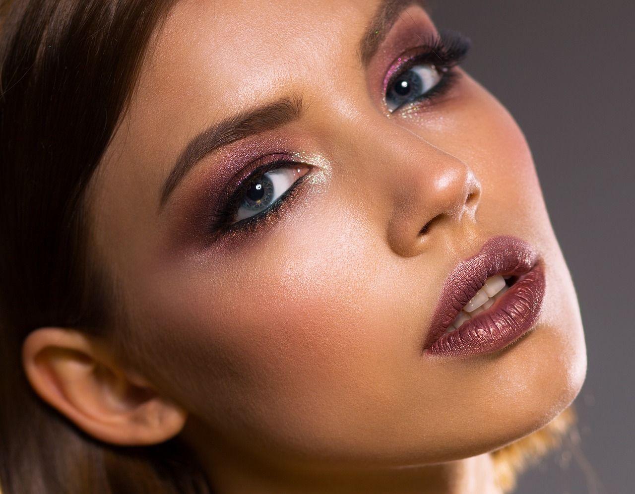 Errores frecuentes al utilizar el iluminador en tu maquillaje