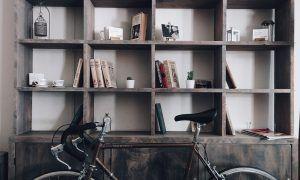 Trucos para decorar una estantería sin que haya solo libros