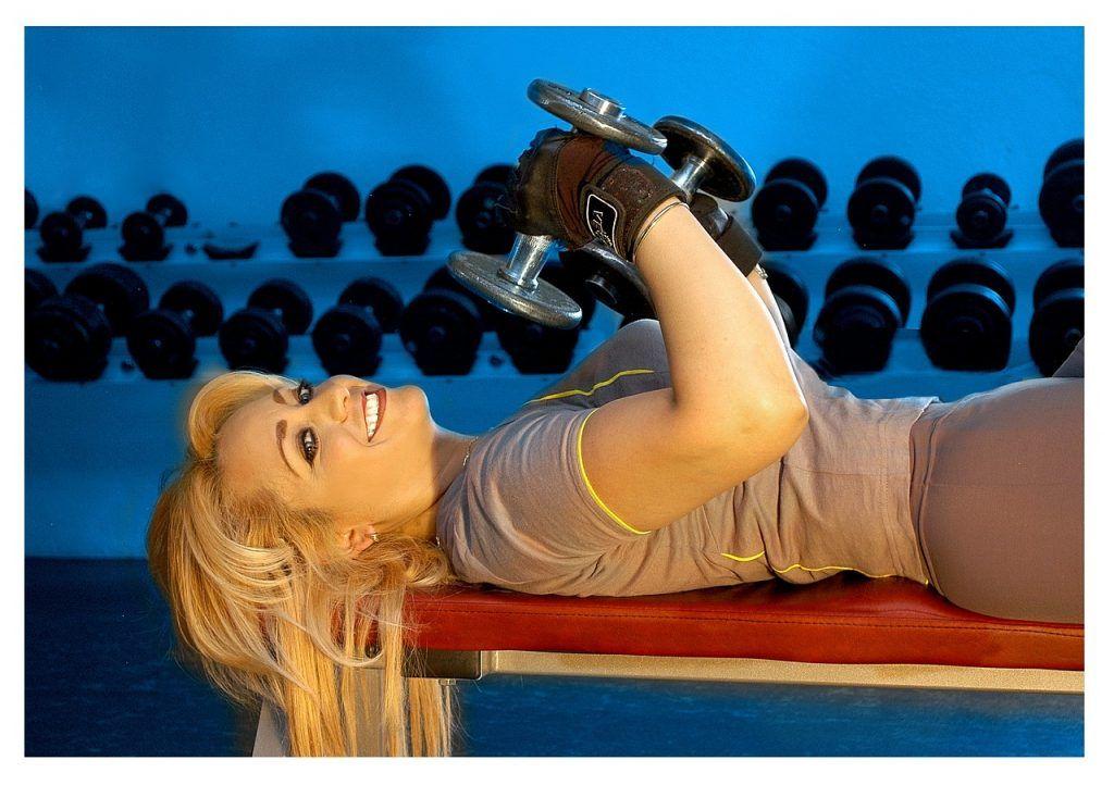 Mujer con ejercicios para pecho