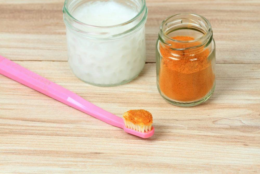 cómo usar la cúrcuma y el aceite de coco para blanquear los dientes