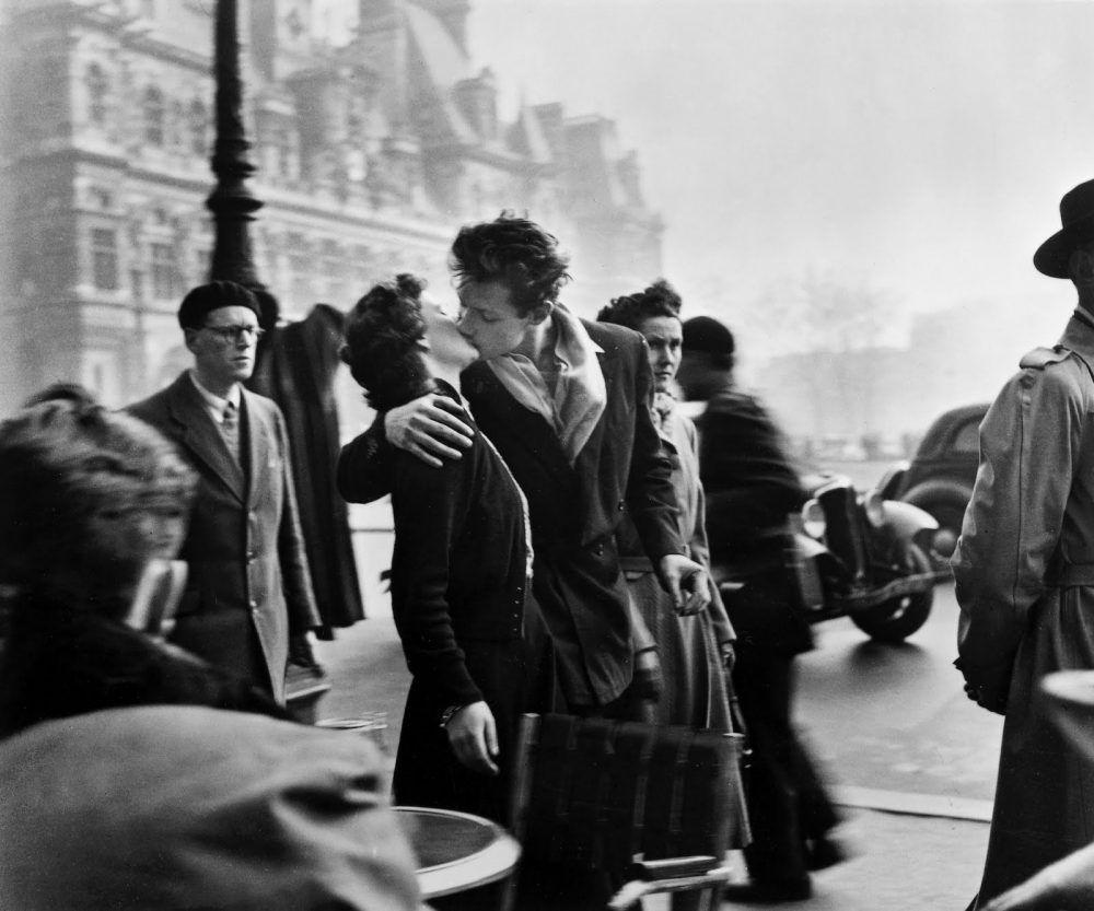 Beso frente al Hotel de Ville