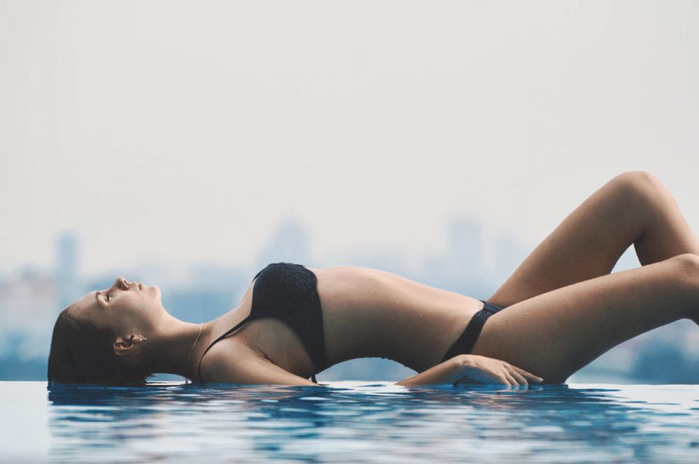mujer en la piscina