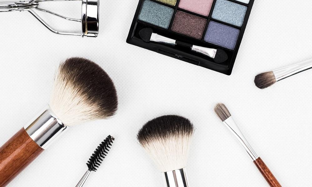 Varios accesorios de maquillaje