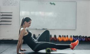 12 ejercicios con rodillo de espuma para masajear y tonificar el cuerpo