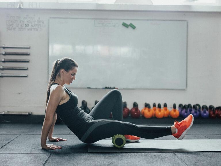 Mejores ejercicios con rodillo de espuma para masajear y tonificar todo el cuerpo