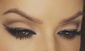 Cómo hacer la raya del ojo con brillo para una mirada más intensa